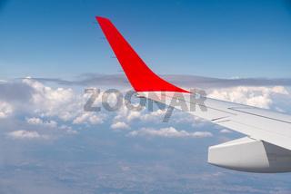 Blick aus dem Flugzeug über den Wolken - Urlaubsreise