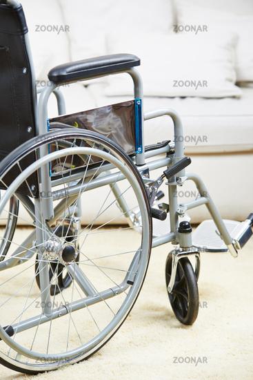 Leerer Rollstuhl im Wohnzimmer