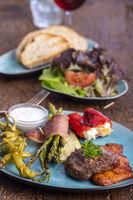 gegrilltes Fleisch und grüner Spargel auf einem blauen Teller