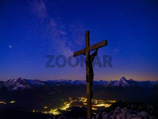 Sternenhimmel mit Milchstraße über dem Gipfel des Berchtesgadener Hochthron