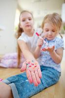 Kind zeigt Flecke auf Hand von Filzstiften