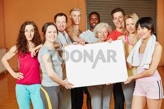 Gruppe macht Werbung für Fitnessstudio