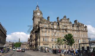 Das Balmoral Hotel über dem Waverley Bahnhof in Edinburgh