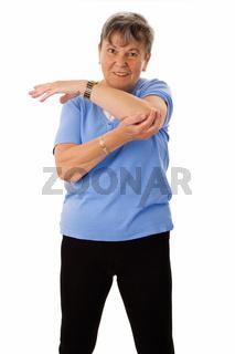Seniorin macht Turnübungen