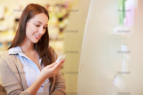 Frau kauft in Drogerie ein