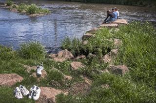 Entspannung - Drei Freundinen am Fluss L1000734.jpg