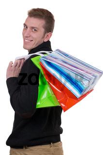 Junger Mann beim Shopping mit Einkaufstaschen