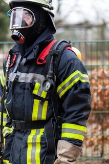 Feuerwehrmann mit Ausrüstung
