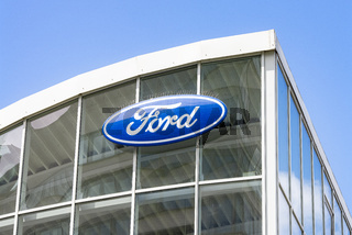 Logo von Ford an einem Autohaus