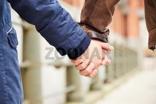 Paar hält Hände beim Spazieren gehen