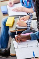 Schüler schreiben mit in Schule
