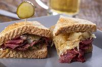 Reuben Sandwich auf einem Teller mit Pommes frites