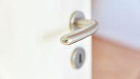 Klinke an offener Zimmertür im Haus