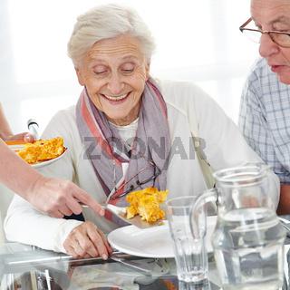 Senioren beim Mittagessen