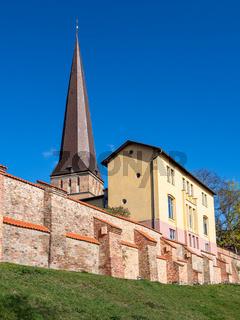 Blick auf die Petrikirche und Stadtmauer in der Hansestadt Rostock