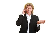 Manager diskutiert am Telefon