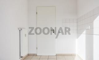 Leerer Raum mit Fliesen an Wand als Küche oder Bad
