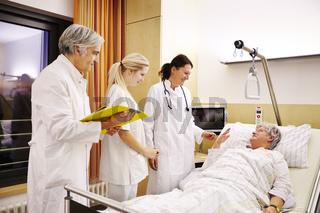 Krankenhaus Visite Patientin im Bett