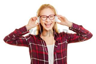 Lachende Frau singt zur Musik mit Hopfhörern