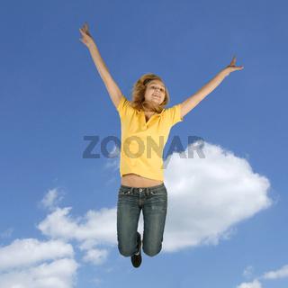 Blondes Mädchen springt in die Höhe