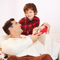 Sohn gibt Geschenkt an Vater zu Weihnachten