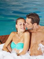 Paar im Whirlpool beim Wellnessurlaub