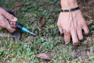 Gärtner arbeitet mit Gartenwerkzeug Gärtnerhippe