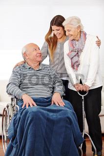 Enkelin besucht ihre Großeltern