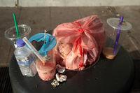 Singapur, Republik Singapur, Abfaelle und Trinkbecher auf einem ueberquellendem Muelleimer