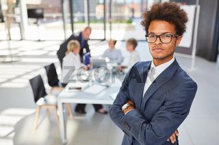 Selbstbewusster cooler afrikanischer Geschäftsmann