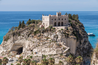 historische italienische Kirche auf einem Sandsteinfelsen - Tropea