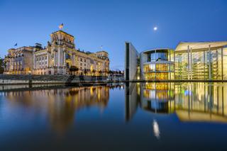 Der Reichstag und das Paul-Loebe-Haus an der Spree