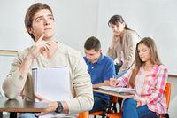 Nachdenklicher Schüler im Unterricht