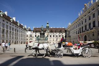 Fiaker vor dem innerern Hofplatz, Hofburg, Wien, Oesterreich, Europa