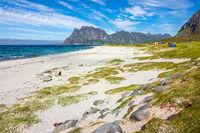 Der Strand Utakleiv Beach auf den Lofoten in Norwegen