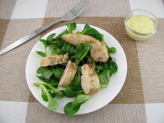 Feldsalat mit Huehnchen und Senf-Dressing