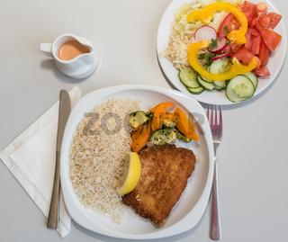 Cordon bleu mit Salat - mit Käse und Schinken gefülltes  Schnitzel