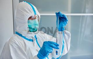 Wissenschaftler im Labor analysiert Coronavirus Speichelprobe