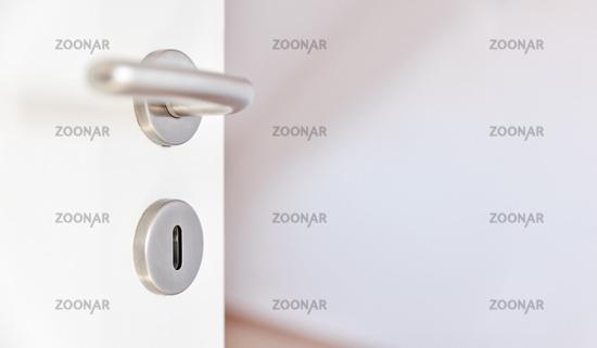 Türgriff oder Klinke an Tür von Zimmer in Wohnung