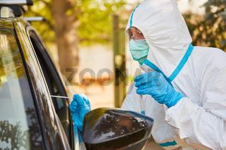 Rachenabstrich für Coronavirus Test bei Drive-In Teststation