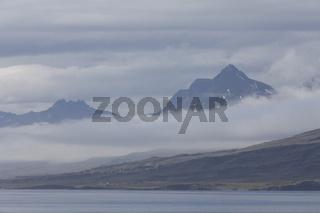 Nebel über den Bergen von Djúpivogur