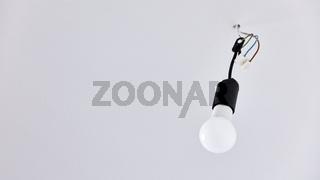 LED Glühbirne an Decke in Raum in Renovierfassung