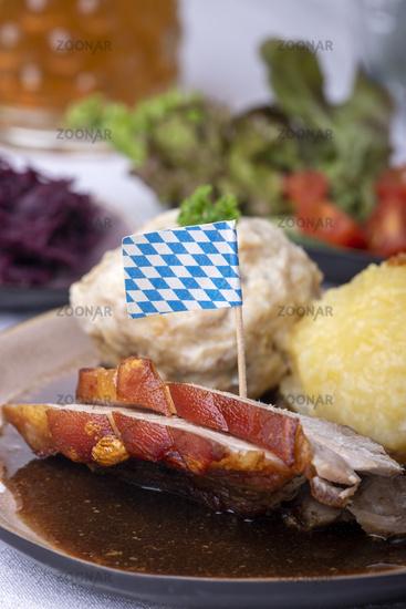 bayerischer Schweinebraten mit verschiedenen Knödeln