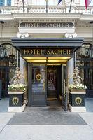 Eingang zum beruehmten Hotel Sacher, Wien Österreich