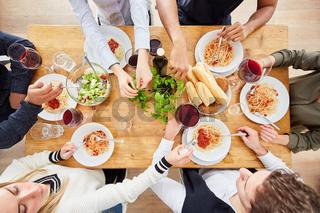 Gruppe Freunde bei gemeinsamer Pasta Mahlzeit von oben