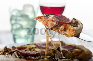 Scheibe Pizza auf einem Kuchenserver