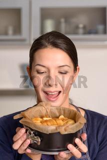 Frau hält einen selbstgebackenen Apfelkuchen