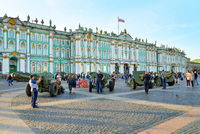 People visiting the artillery of the WWII on the Palace square