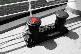 Zwei Eisenpoller auf einem Schiff