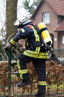 Feuerwehrmann im Einsatz mit Sauerstoffflasche
